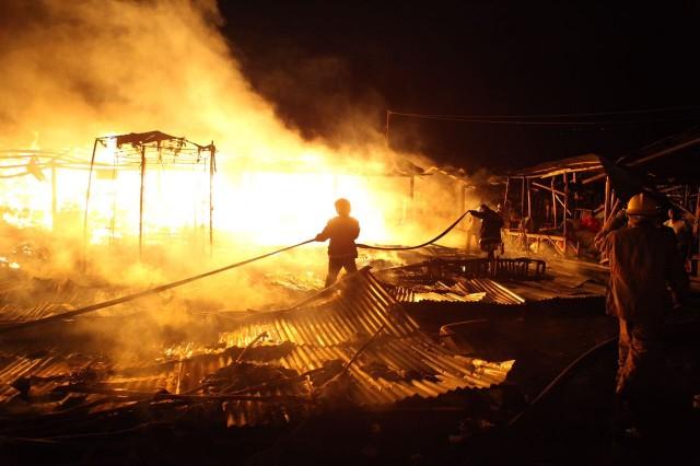 Attention! Cette photo prise lors d'un incendie au marché de la Croix-des-Bossales le 19 mars 2017, sert uniquement d'illustration à cet article