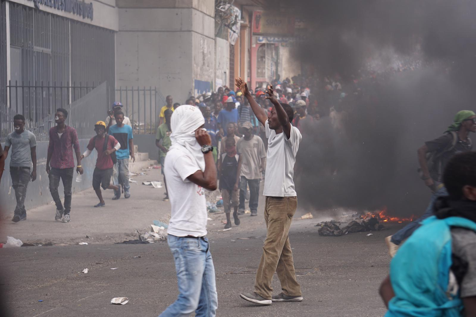 Des manifestants dans les rues de la capitale / Photo: Steven Aristil