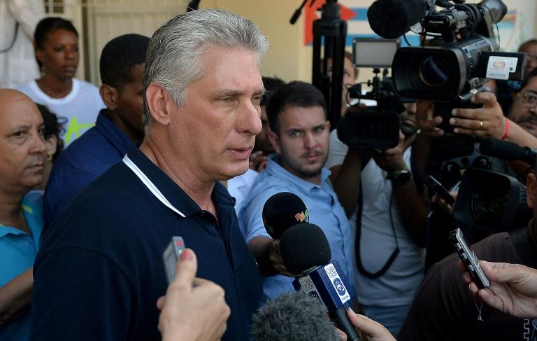 Le président cubain Miguel Diaz-Canel vote pour le referendum sur la nouvelle Constitution cubaine le 24 février 2019 à La Havane