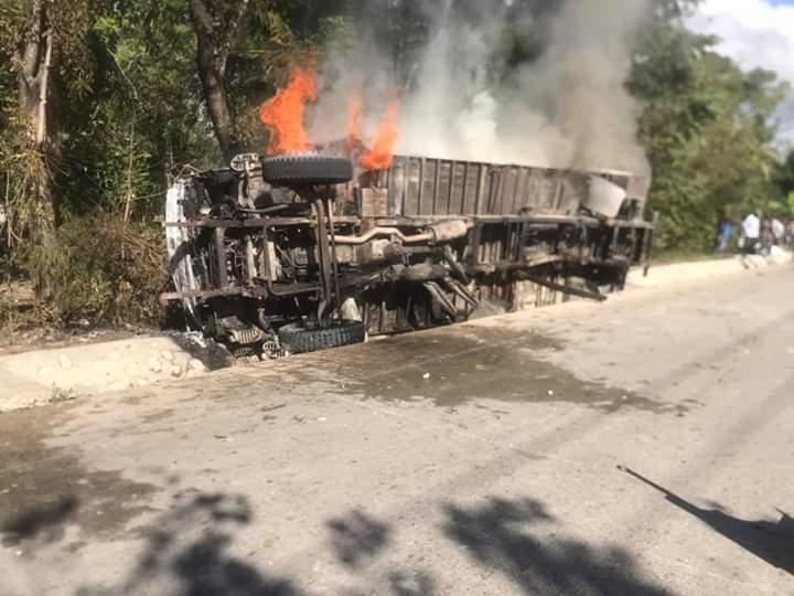 Photo transmise à la rédaction ce matin/ Un véhicule incendié ce matin après l'accident ayant coûté la vie à une jeune femme de 28 ans, à Marouge/ C