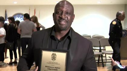 Le chef Wilkinson Séjour avec sa plaque d'honneur. Photo: CBS