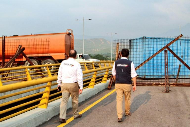 Photo fournie le 5 février 2019 par les services de l'immigration colombiens montrant le pont de Tienditas, qui relie Cucuta (Colombie) à Urena (Venezuela), barré par un camion-citerne et un conteneur