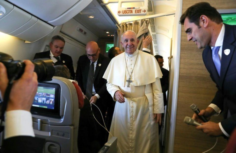Le pape François à bord de l'avion qui l'amène aux Emirats arabes unis pour une visite historique, le 3 février 2019