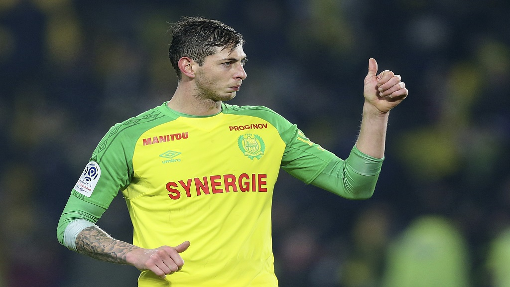 In this his picture taken on Jan. 14, 2018, Argentine football player, Emiliano Sala, of the FC Nantes club, western France, gives a thumbs up during a match against PSG in Nantes, France.