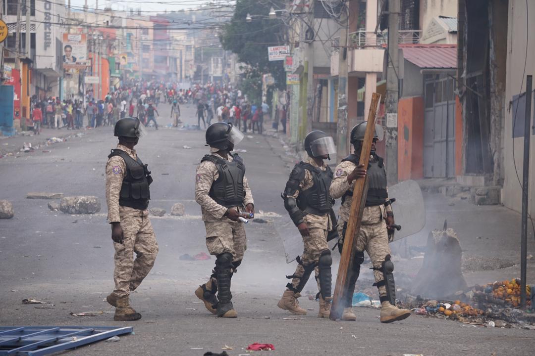 Des policiers lors d'une manifestation pour exiger la démission de Jovenel Moïse/ Photo: Steven Aristil/ Loop Haiti