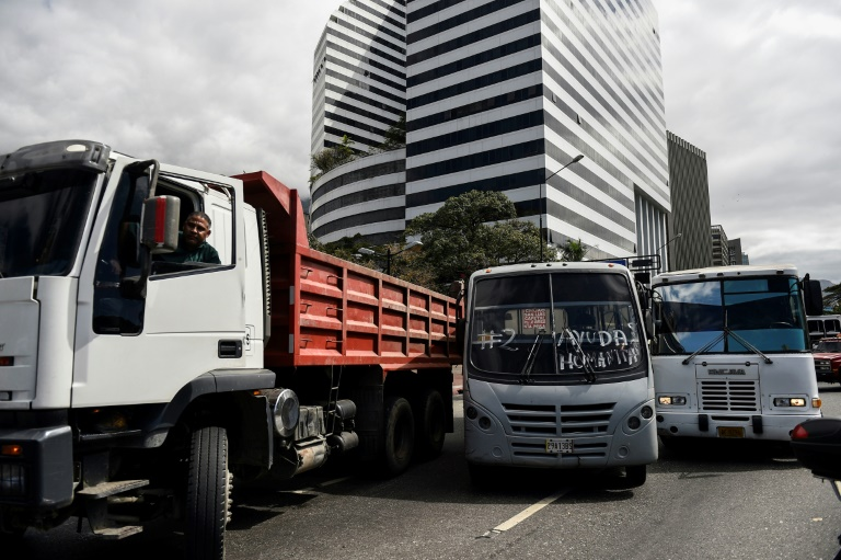 L'opposant vénézuélien Juan Guaido entouré par des partisans lors d'un rassemblement à appel des routiers, le 20 février 2019 à Caracas