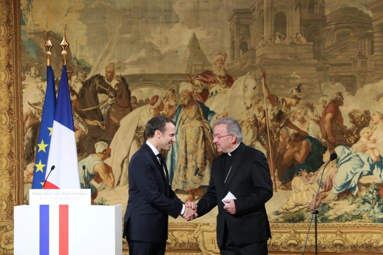 Le nonce apostolique en France, Luigi Ventura (d), serre la main d'Emmanuel Macron à l'Elysée, le 4 janvier 2018