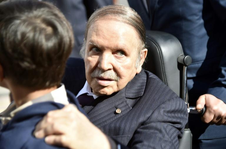 Photo d'archives du président algérien Abdelaziz Bouteflika dans un bureau de vote le 23 novembre 2017 à Alger pour les élections locales