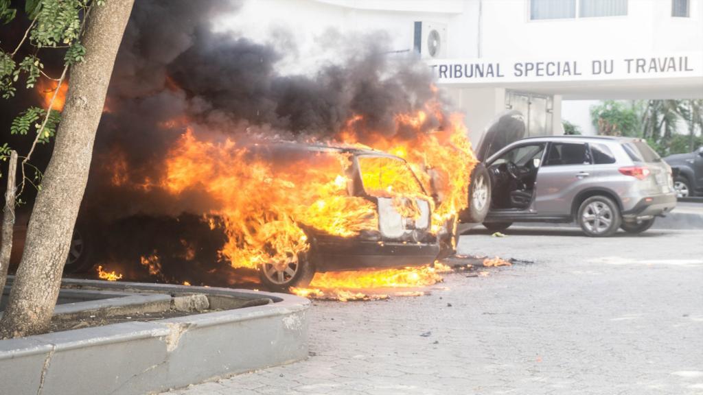 une voiture en feu dans les locaux de l'OPC Crédit Photo : Steven Aristil