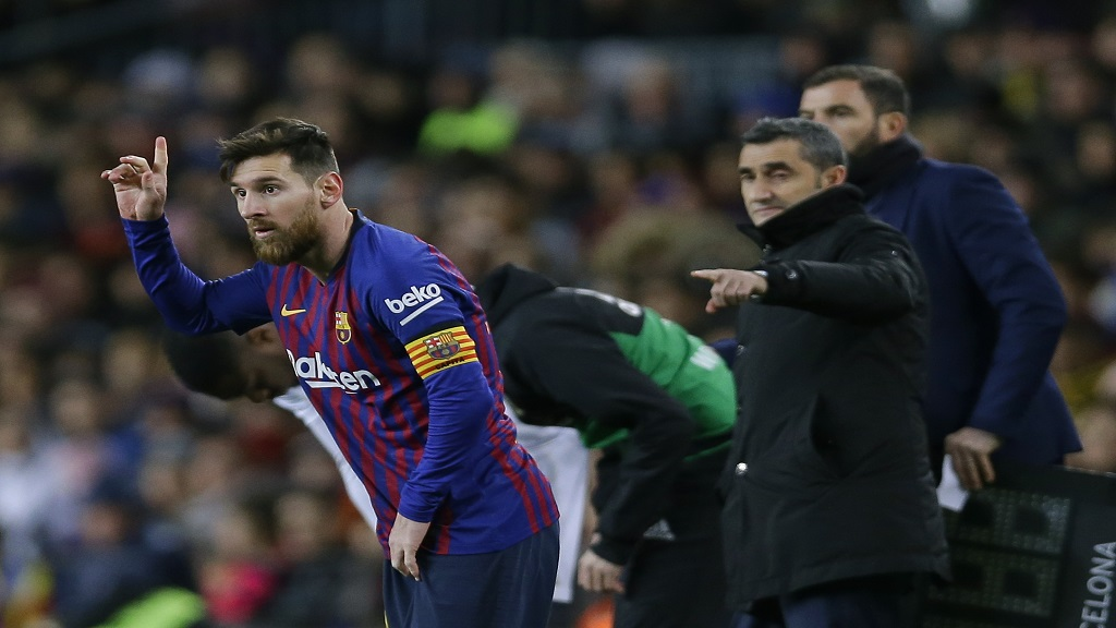 FC Barcelona's Lionel Messi, left, gestures next to his coach Ernesto Valverde during the Spanish La Liga football match against Valencia at the Camp Nou stadium in Barcelona, Spain, Saturday, Feb. 2, 2019.