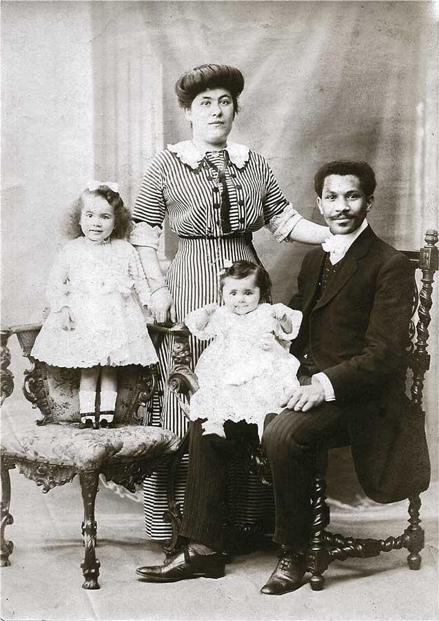 Joseph Philippe Lemercier Laroche, entouré de sa femme (de nationalité française) et de ses deux filles. Lui seul a péri dans le navire dans la nuit du 14 au 15 avril 1912.