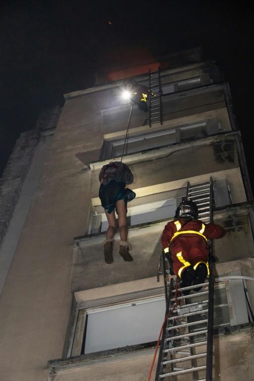 Photo fournie par les pompiers montrant l'immeuble en feu rue Erlanger à Paris le 5 février 2019