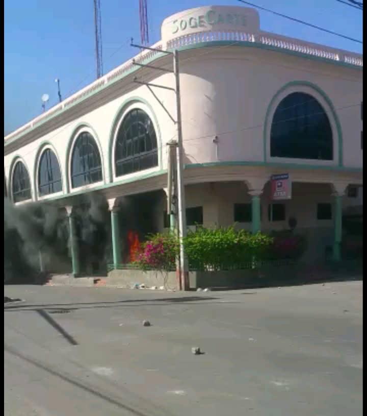 Photo de la succursale de la Sogebank en flamme, située à la Rue Pavée, non loin de la Cathédrale de Port-au-Prince