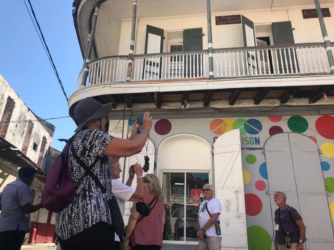 23 touristes australiens, débarqués depuis mercredi 20 février sur notre sol, sont dans les rues du Cap-Haïtien ou ils poursuivent leur visite d'exploration./Source-Photo: MTIC