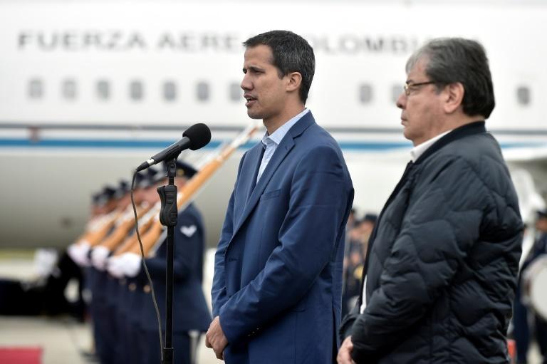 Juan Guaido (G) aux côtés du ministre colombien des Affaires étrangères Carlos Holmes Trujillo à Bogota, le 24 février 2019