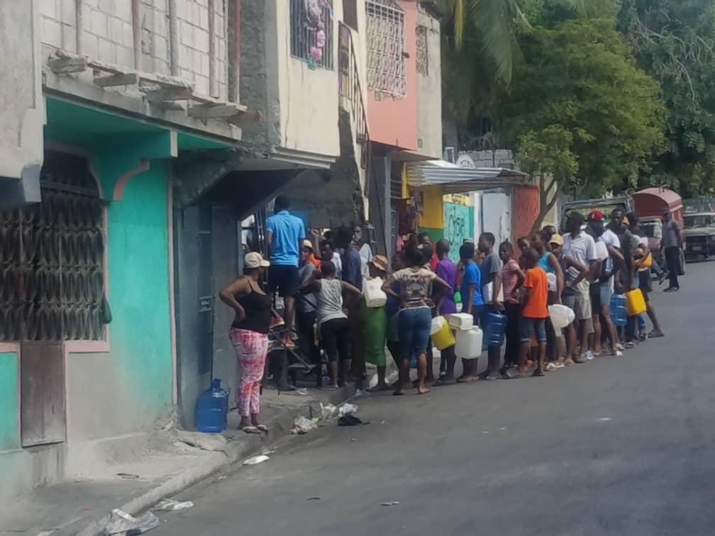 Des citoyens sont remarqués avec leurs gallons en mains pour s'en procurer avec beaucoup de difficultés / Photo : Jésula Simon/ Loop Haiti