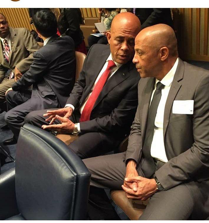 A droite: Le sénateur du sud Hervé Fourcand/ A gauche: Le président Michel Martelly