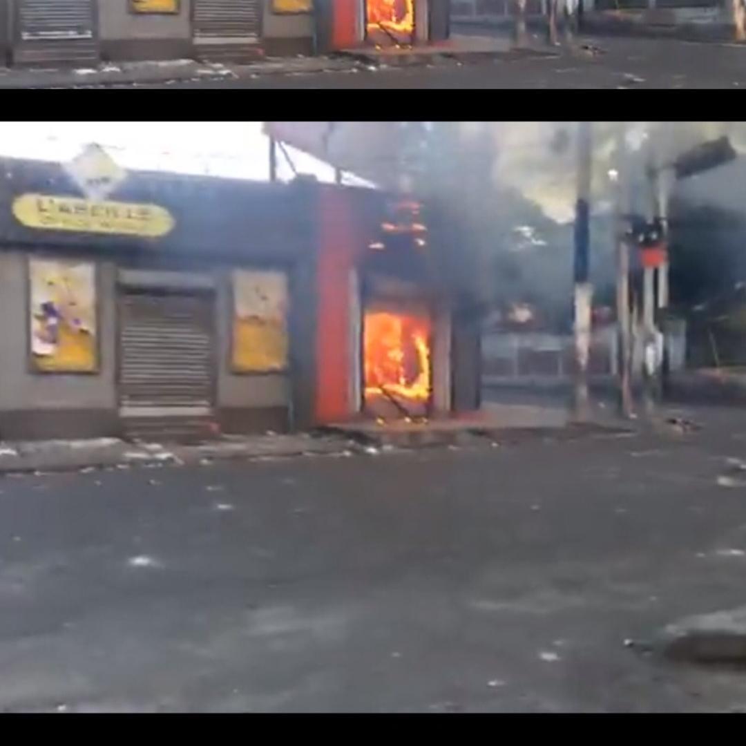 La succursale située à l'angle des rues Magny et Capois (aire Champ de Mars) a été pillée et incendiée, selon les informations parvenues à la rédaction.