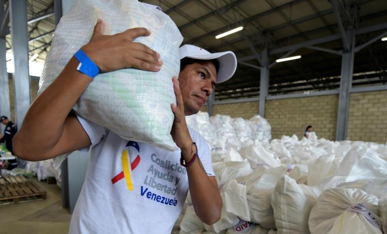 Des personnes manifestent contre le président vénézuélien Nicolas Maduro et en faveur du passage de l'aide humanitaire au Venezuela dans la ville frontalière colombienne de Cucuta, le 8 février 2019.