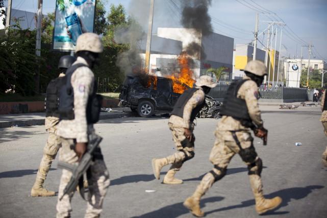 """Des policiers dans les rues de la Capitale durant l'opération """"Pays lock''. Crédit Photo : Lapresse.ca"""
