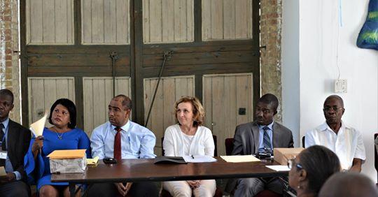 Dr Geneviève Federspiel, ambassadrice de Suisse, entourée d'acteurs locaux et de maires bénéficiaires du PURPOS lors de la restitution des différents travaux réalisés à Jacmel dans le cadre du programme./Crédit: Ambassade de Suisse