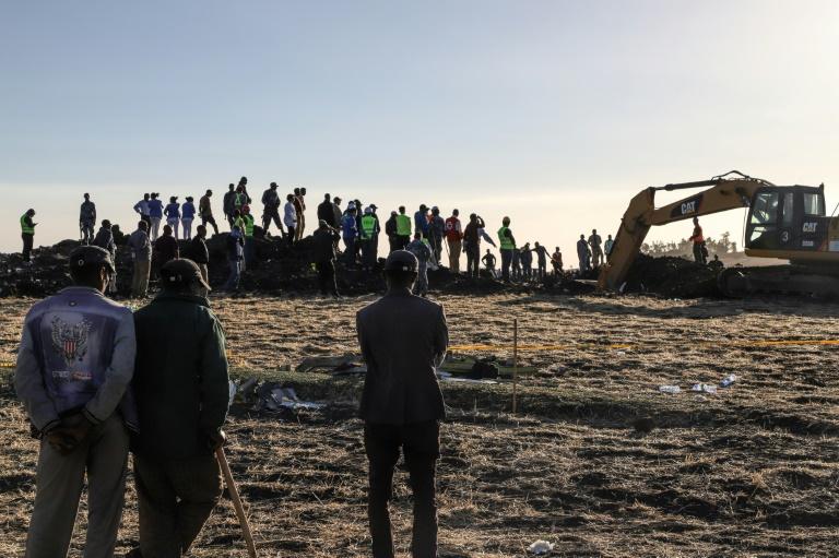 Des excavatrices fouillent le sol après le crash d'un avion d'Ethiopian Airlines près de Bishoftu, à 60 km au sud-est d'Addis Abeba, le 10 mars 2019