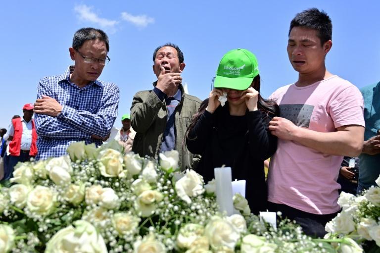 Des proches des victimes en pleurs sur le site du crash du Boeing 737 MAX d'Ethiopian Airlines, à Hama Quntushele en Ethiopie le 13 mars 2019