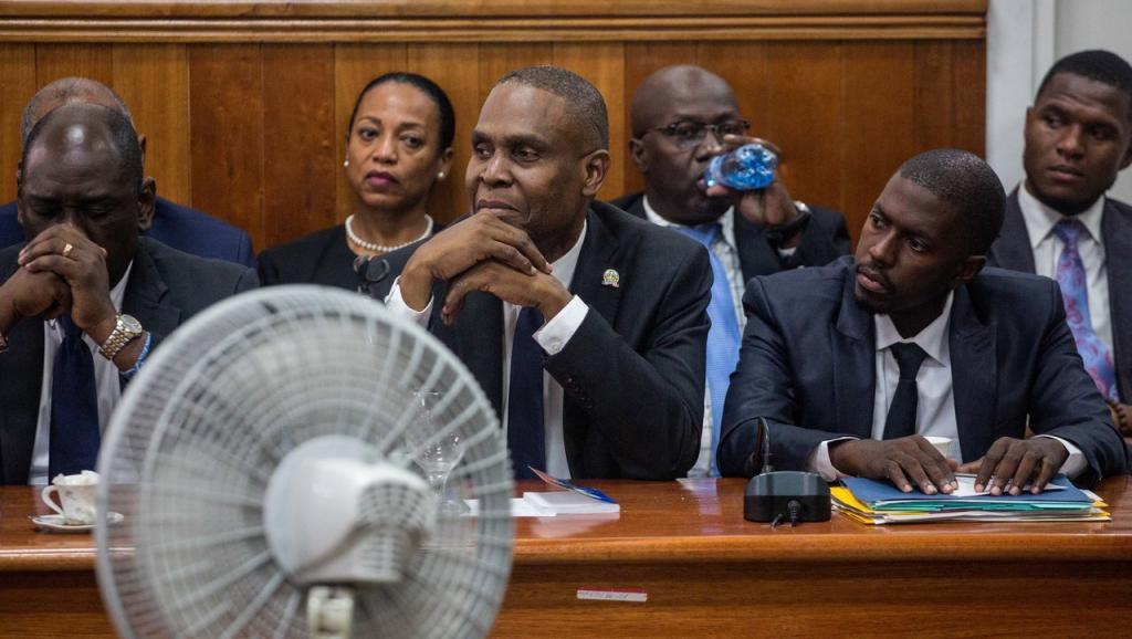Au centre, le Premier ministre haïtien Jean-Henry Céant entouré de son cabinet, le 14 septembre au Sénat. Pierre Michel JEAN / AFP