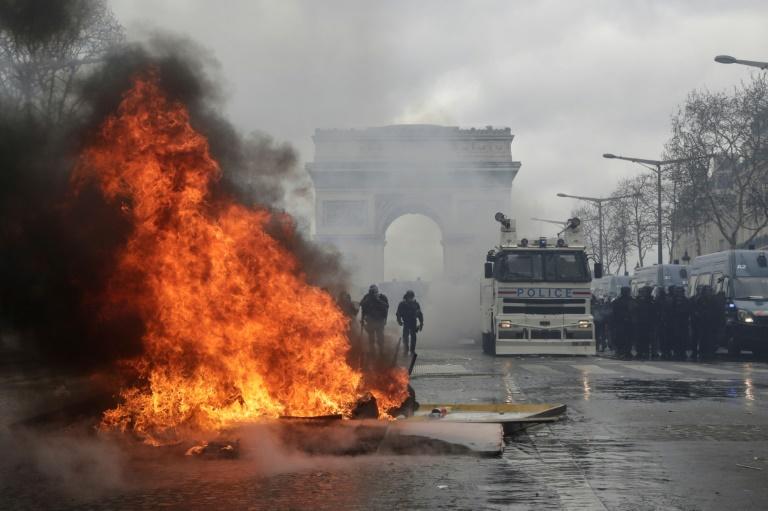 """Les Champs-Elysées lors de la manifestation des """"gilets jaunes"""" le 16 mars 2019"""