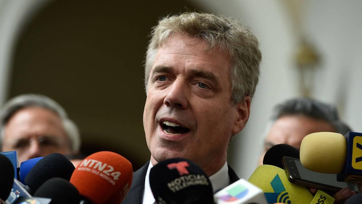Daniel Kriener face aux médias, à Caracas, le 19 février 2019. | FEDERICO PARRA / AFP