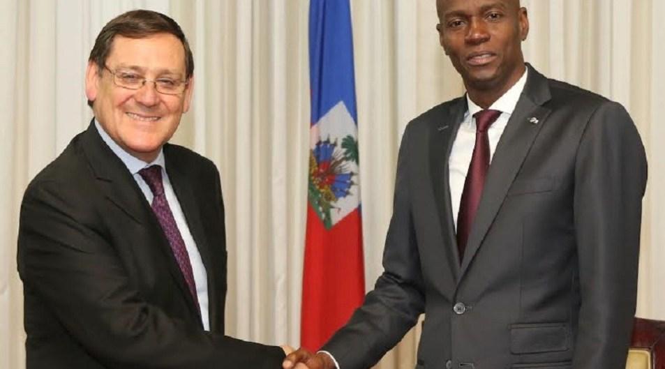 Jovenel Moïse et l'ambassadeur chilien accrédité en Haïti