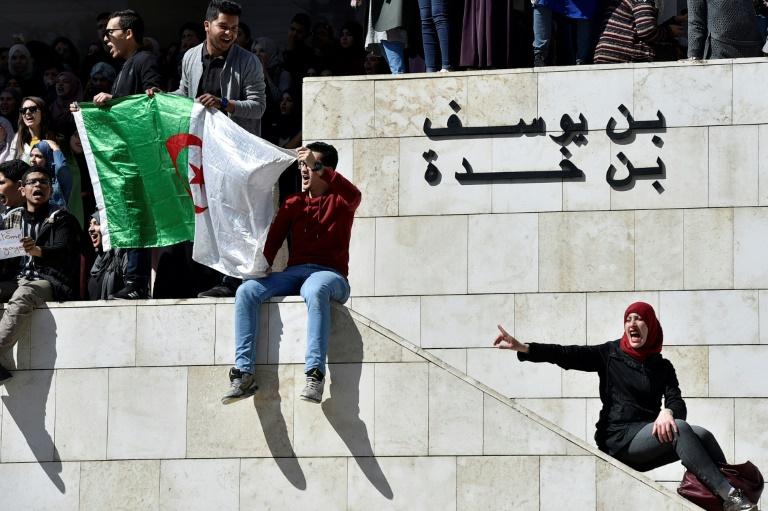 Des étudiants algériens manifestent contre un 5e mandat du président Abdelaziz Bouteflika, à la faculté de médecine d'Alger le 3 mars 2019