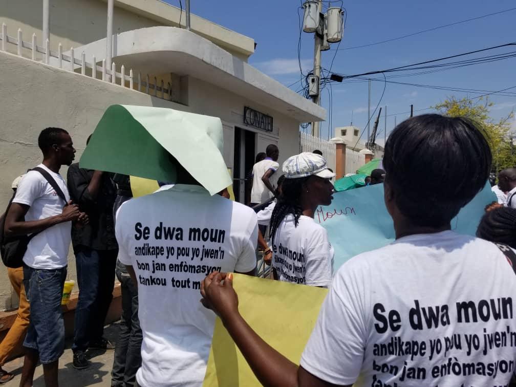 Des personnes atteintes de handicap manifestent devant les locaux du CONATEL