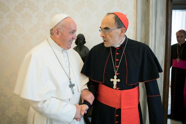Photo fournie par le service de presse du Vatican montrant le pape François recevant le cardinal Philippe Barbarin au Vatican, le 18 mars 2019