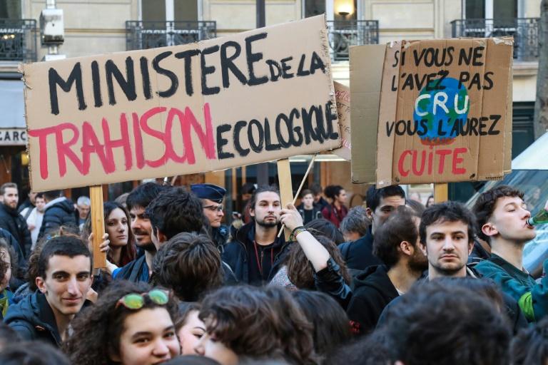 Des représentants de Greenpeace, Oxfam France, Notre Affaire à tous et la Fondation Nicolas Hulot, protestent devant le tribunal administratif de Paris le 14 mars 2019