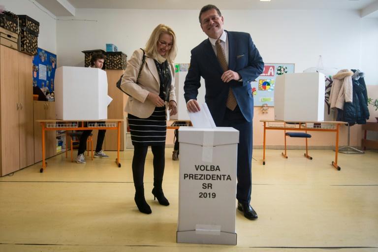 Une personne dépose son bulletin de vote lors de l'élection présidentielle, le 16 mars 2019 à Bratislava, en Slovaquie