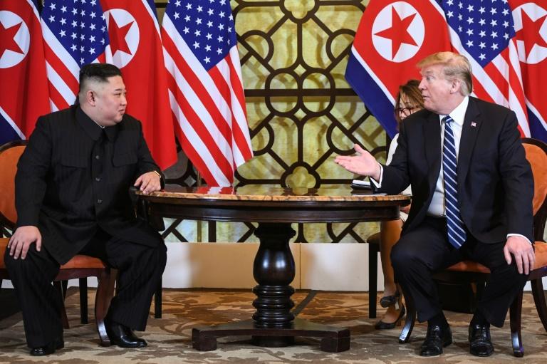 Lecture sur une place de Pyongyang des informations du journal Rodong Sinmun à propos de la visite au Vietnam du dirigeant nord-coréen Kim Jong Un, le 28 février 2019