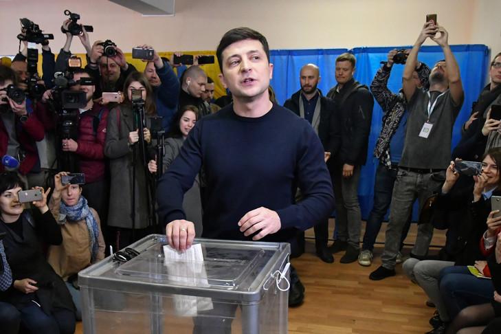 Le comédien ukrainien Volodymyr Zelensky, candidat à la présidentielle, vote à Kiev le 31 mars 2019 / AFP