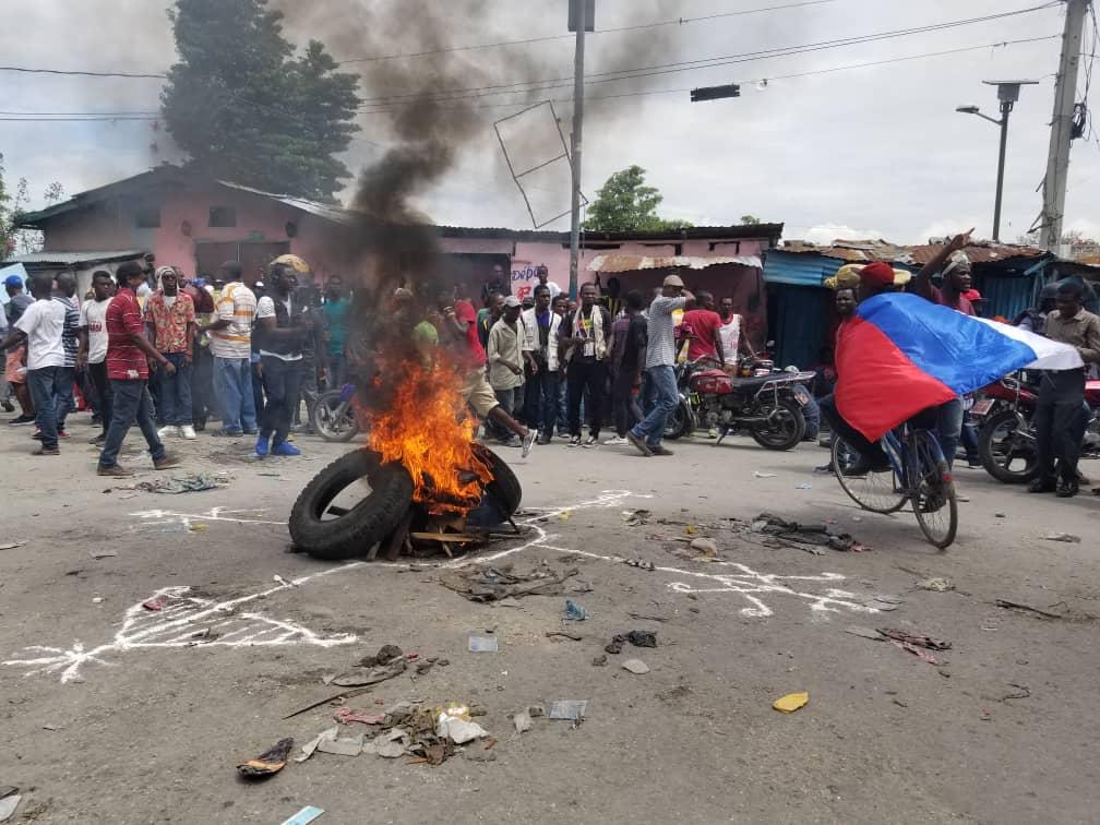 Pneus enflammés, circulation ralentie: la manif annoncée pour ce 29 mars par l'opposition, a déjà démarré dans quelques rues de la capitale./Photo: Luckson Saint-Vil.