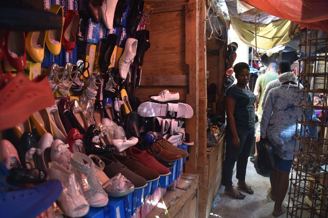 Vêtements, chaussures, télévisions à écran plat, les Cubains font leur shopping à Port-au-Prince afp.com - Hector RETAMAL