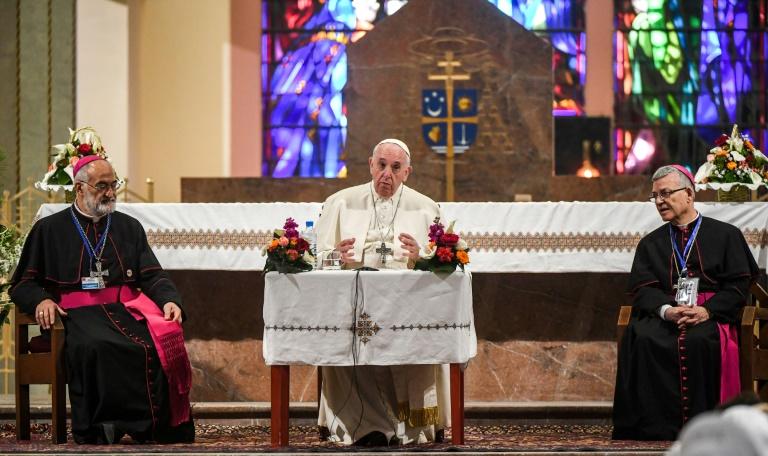 Le pape François (C) lors d'une rencontre avec la petite communauté chrétienne du Maroc, le 31 mars 2019 dans la cathédrale de Rabat