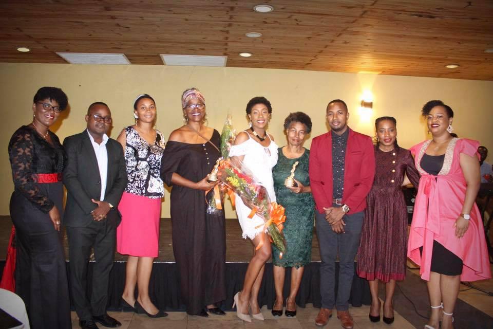 Au milieu, distinctions en main, Kettly Pierre Mars, Joanna Sylvain Joseph, et Phelicia Dell, les lauréates du Prix d'Entr'elles 2019