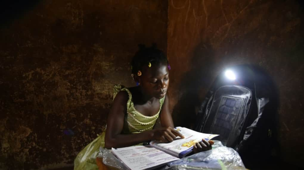 Cette photo illustrant une élève étudiant dans la soirée sert uniquement d'illustration à l'article Crédit photo : Afriquelibre.be