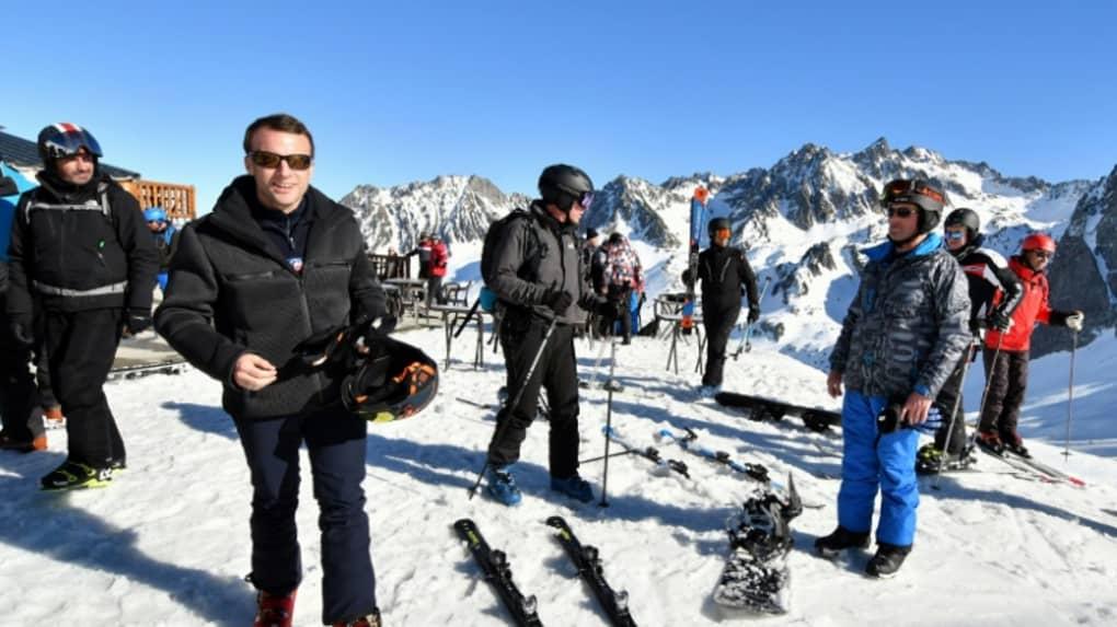 Le président de la République, Emmanuel Macron (g), à la station de ski pyrénéenne de La Mongie, le 15 mars 2019