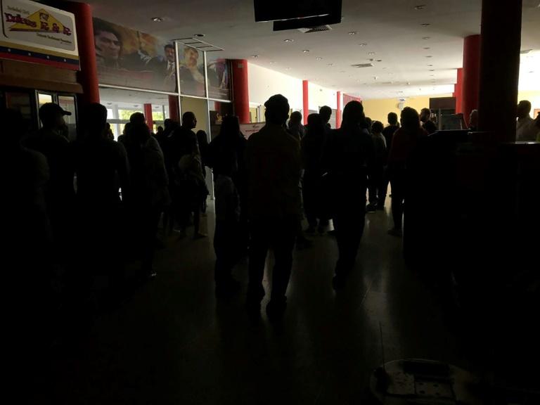 Passagers à l'aéroport de Barquisimeto au Venezuela durant une panne d'électricité le 8 mars 2019