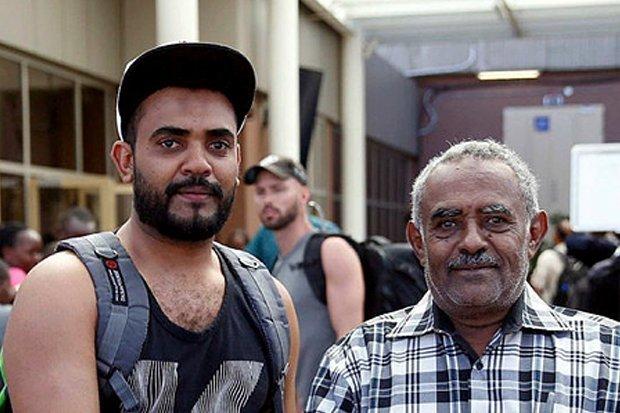 Le voyageur Ahmed Khalid (à dte) n'a pas péri pour avoir raté son vol en se présentant à l'aéroport plus tard que prévu./Photo: Daily Star