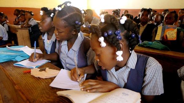 LePrix Unesco pour l'éducation des filles et des femmesrécompense les contributions innovantes et exceptionnelles d'individus, d'institutions et d'organisations en faveur del'éducation des filles et des femmes.