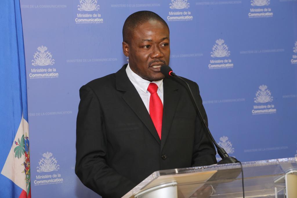 Interpellation : le secrétaire d'Etat à la communication Eddy Jackson Alexis demande aux parlementaires deconsidérer le contexte difficile du pays