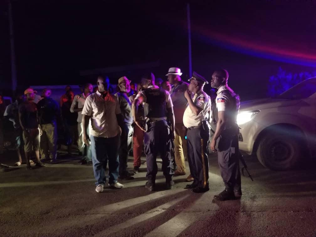 Le maire principale de la commune de Carrefour, Jude Edouard Pierre (chapeau) et des policiers assurant sa sécurité / Loop Haiti