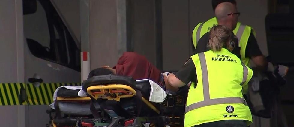 Capture d'image de la télévision néo-zélandaise montrant un blessé transporté à l'hôpital après une attaque contre une mosquée, le 15 mars 2019 à Christchurch